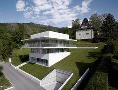 Fachadas de casas de dos pisos para terreno inclinado