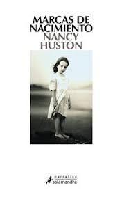 """Marcas de nacimiento / Nancy Huston. """"Un acontecimiento terrible tuvo lugar durante la infancia de la bisabuela y las consecuencias se extienden a lo largo de generaciones. Es un libro sobre el impacto de los acontecimientos políticos y familiares, sobre la forma en que se transmiten los recuerdos, sobre cómo la Historia influye en las historias particulares.» Así define la galardonada escritora francocanadiense Nancy Huston su última novela..."""