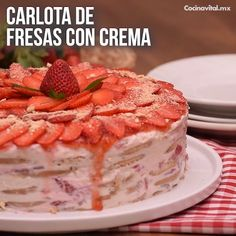 Carlota de fresas con crema You will not be able to resist the favorite dessert of all time, a Carlota that makes you fall in love with all the creamy flavor of strawberries and cream, here is the recipe! Easy Desserts, Delicious Desserts, Yummy Food, Mexican Food Recipes, Sweet Recipes, Gelatin Recipes, Jello Recipes, Bon Dessert, Deli Food