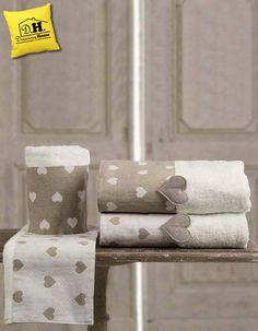 Coppia di asciugamani romatica e shabby chic in colore naturale con balza in lino