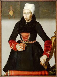 Portret van Kenou Jacobsdr (te Joost) 1616 Vrouw van Gerrit Jansz Slijper. De rijkdom van het echtpaar is op dit werk goed verbeeld. Zij draagt de Enkhuizer klederdracht met rood onderkleed, afgewerkt met een donkere bontkraag. Er is een groot aantal juwelen afgebeeld. Ook houdt zij een gebedenboekje in de hand. Uit het huwelijk van het echtpaar Slijper werden zes kinderen geboren. #NoordHolland #WestFriesland #Enkhuizen