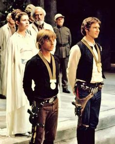 Star Wars - Carrie Fisher as Princess Leia, Mark Hamill as Luke Skywalker (minus his yellow top), and Harrison Ford as Han Solo at the awards ceremony. Han Star Wars, Star Wars Games, Star Wars Art, Star Trek, Star Wars Love, Chewbacca, Ewok, Jedi Games, Starwars