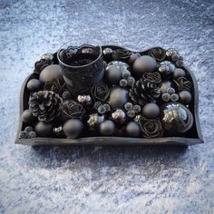 ♠️Schwarzes Adventsgesteck♠️Black December Tray♠️ 🖤Now available in my shop🖤link in my linktree🖤 #adventskranz #schwarzekerzen #schwarzekerze #adventtray #adventplate #blacktray #blackrose #rosenoire #schwarzerose #blackcandle #blackcandles #schwarzesgesteck #bougiesnoires #bougienoire #blackadvent #blackchristmas #gothicchristmas #gothicchristmastime #collectionnoire  #blackdecorations #gothichome #gothiclife #noëlnoir #gothic #blackdecoration #schwarzeradventskranz #schwarzerdezember… Black Christmas, Christmas Home, Christmas Holidays, Christmas Ideas, Gothic Home, Wreaths, Handmade, Instagram, Black Candles