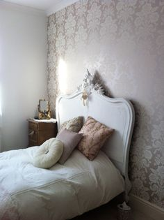 French white antique bed Parisian Chic Decor, Paris Decor, Eclectic Decor, French Decor, French Country Decorating, Dream Bedroom, Home Bedroom, Console Furniture, Vintage Apartment