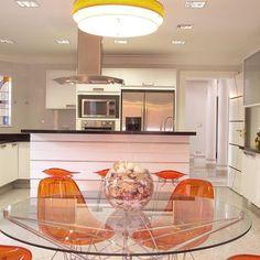 Cozinha com Mesa de Vidro e Cadeiras Abóboras