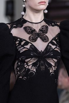 David Koma Fall 2019 Fashion Show Details. Designer ready-to-wear looks from Fall 2019 runway shows from London Fashion Week Couture Fashion, Runway Fashion, Fashion Show, Fashion Outfits, Fashion Trends, London Fashion, Fashion Online, Chicago Fashion, Fashion Boots