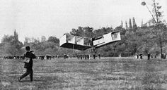 Santos Dumont pilotando seu 14-bis, primeiro avião do mundo, 1906