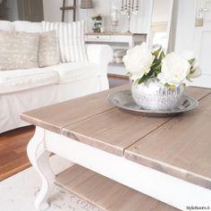 olohuone,sivupöytä,rottinki,valkoinen sohva,olohuoneen pöytä