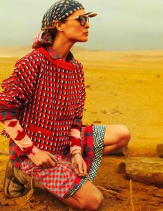 Erin Wasson porte des bas dans ses sandales (en plein désert) pour le Vogue Paris. | TPL - Ton Petit Look