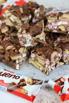 Jane's Patisserie The post Kinder Bueno Rocky Road! Jane's Patisserie appeared first on Kinder ideen. Tray Bake Recipes, Fudge Recipes, Baking Recipes, Baking Ideas, Bueno Recipes, Cake Recipes, Dessert Recipes, Yummy Recipes, Rocky Road Cake
