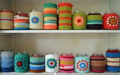 Create colorful vases with crocheted mason jar cuddles - angeschlagene ideen - Vase ideen Crochet Vase, Love Crochet, Learn To Crochet, Crochet Motif, Crochet Patterns, Crochet Hooks, Mason Jar Cozy, Mason Jars, Crochet Jar Covers