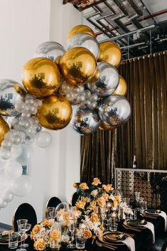 Balloon Co Event Artillery Gold Table Setting - New Deko Sites Balloon Centerpieces, Balloon Garland, Gold Party Decorations, Balloon Decorations, Gold Birthday, Birthday Balloons, Christmas Birthday, Deco Ballon