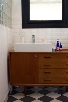 Modern & retro bathroom... The subway tile is killer Mid Century Bathroom Vanity, Mid Century Modern Bathroom, Vanity Bathroom, Bathroom Renos, Dresser Vanity, Remodel Bathroom, Vanity Sink, Small Bathroom, Bathroom Ideas