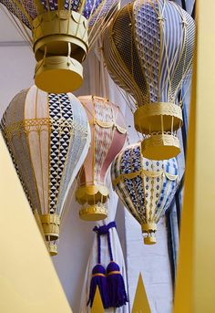 Paper hot air balloons for window display, YCN London~by The Makerie Studio. Paper Balloon, Balloon Crafts, Visual Display, Display Design, Store Design, Diy And Crafts, Arts And Crafts, Paper Crafts, Origami
