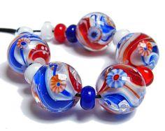 Murmel-Perlen CELEBRATION - Annikalilly's Lampwork - 5 + 10 Glasperlen Set - Wirbel aus Rot, Weiß und Blau mit Murrini