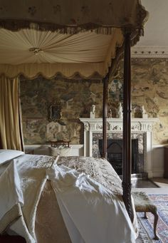 Vintage Bedroom: Elegant Edwardian style room featuring a vintage, silk canopy bed. Period style wallpaper wraps the room beautifully. Beautiful Bedrooms, Beautiful Interiors, Bedroom Romantic, Victorian Bedroom, Deco Design, My New Room, Dream Bedroom, Pretty Bedroom, My Dream Home