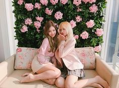 Kim Jennie [김 제니] + Lalisa Manoban [ลลิสา มโนบาล] Blackpink Jennie, Kpop Girl Groups, Korean Girl Groups, Kpop Girls, Jenny Kim, Black Pink, Kim Jisoo, Girl Celebrities, Celebs