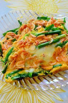 「桜えびとニラの☆とろとろチーズの卵焼き」チーズがとろとろの、桜えびとニラの卵焼きです。ポイントは、先に卵液を入れたら、上からニラと桜えびを乗せる事です。そうする事で、表面だけに具材が出るので綺麗です。【楽天レシピ】
