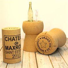 Een grote kurk als krukje of bijzettafel! Designer Stewart Rose ontwikkelde de Wijnkurk kruk en/of bijzettafel in 2012 voor XL Cork en het werd direct een succes! Ook dit model is milieuvriendelijk en zeer origineel. Ook leuk om cadeau te geven!