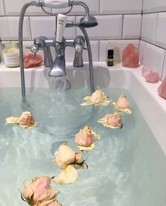 Relaxing Bath Floral Fragrance Inspo Bath Room Spa Blue Spas Ideas Take a dip into relaxat Aesthetic Photo, Aesthetic Pictures, Flower Aesthetic, Aesthetic Makeup, Aesthetic Vintage, Beauty Bible, Dream Bath, Bad Inspiration, Bathroom Inspiration