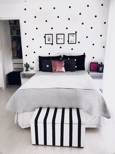 Cute Black and White Themed Teen Room with Clean Design - Cute Teenage Girl Bedroom Ideas: Cool Teen Girl Room Decor Ideas and Designs - See The Best Ways To Decorate A Bedroom For Teen Girls for bedroom wohnung decoration dekorieren einrichten ideen Cute Bedroom Ideas, Cute Room Decor, Teen Room Decor, Room Decor Bedroom, Living Room Decor, Room Decor Teenage Girl, Bedroom Themes, Teen Girl Rooms, Girl Bedrooms