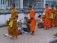 's Morgens verzamelen de monniken in Thailand en Laos voedsel in voor de dag. Het offeren of het geven van voedsel aan de monniken is een teken van respect.