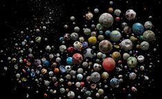 Artista coleta bolas de futebol achadas em praias para alertar contra a poluição marinha