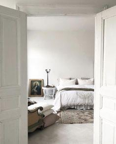 Bedroom Black Curtains, White Rooms, Oversized Mirror, Interior Design, Bedroom, Interiors, Furniture, Home Decor, Nest Design