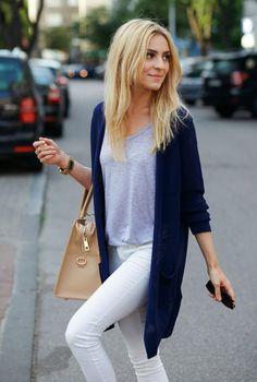 Conjunto cardigan azul, camiseta gris, pantalones blancos, gafas marrones, bolso beis y reloj dorado