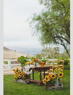 Me encanta el tono rústico de los girasoles y las flores silvestres para una boda