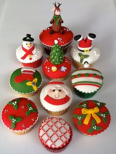 super ideas for cake fondant christmas sweets cupcakes anniversaire decoration licorne noël recette recipes cupcakes Christmas Cupcake Cake, Christmas Cake Designs, Christmas Cupcakes Decoration, Holiday Cupcakes, Food Decoration, Christmas Sweets, Noel Christmas, Christmas Goodies, Christmas Baking