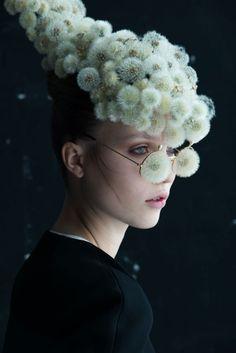 タンポポの綿毛・花びらの誘惑。植物と一体化した男女のフォトアート