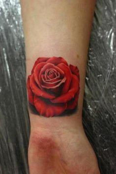 rote rose motiv als tattoo handgelenk