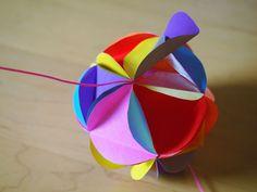 今日は、昨日の「簡単なくす玉」の作り方の続きです。10:三角を裏から10個セロテープでつけたものを、11:ぐるっと輪っかにします。12:輪っかにした一つの...