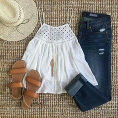 Casual y cómodo.  Fresca para primavera.  Jeans obscuros, blusa blanca sin mangas, sandalias cafe