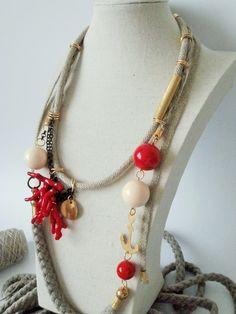 Collana in cotone, lino, ottone, plastica