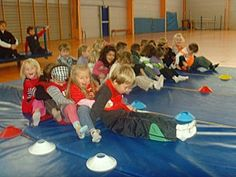"Jeux d oppositon ou de coopération la chenille par groupe de 4 (reculer en s""accrochant à son coéquipier) Sports Activities, Sensory Activities, Physical Activities, Activities For Kids, Pe Lessons, Early Childhood Activities, French Teaching Resources, Brain Gym, Educational Programs"