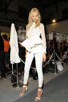El peplum ornamenta la temporada. Una pieza clásica que nos llega del mundo helénico. Vogue Mexico, Givenchy, Backstage, White Jeans, Peplum, Runway, My Style, Pants, Fashion