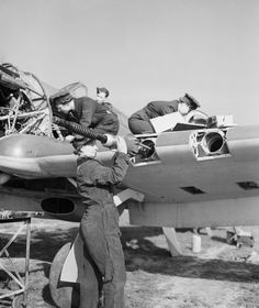 RAF Sealand - WAAF armourers and flight mechanics servicing a Hawker Hurricane Mk IIc at Royal Air Force Sealand (Flintshire, North Wales) May 1943 as part of the Flying Training School. Ww2 Aircraft, Military Aircraft, Navy Aircraft, Aviation Mechanic, Aviation Art, Hawker Typhoon, Historia Universal, Hawker Hurricane, Ww2 Pictures