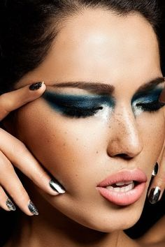 Blue eyeshadow - Make-up. Snelson Berge this will be your makeup if your dress is blue. New Year's Makeup, Edgy Makeup, Glamorous Makeup, Love Makeup, Makeup Looks, Hair Makeup, Freckles Makeup, Sparkly Makeup, Stunning Makeup
