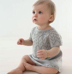 Top down, on commence le tricot par l'encolure ! Maille ajourée, effet dentelle. Ce modèle est tricoté et crocheté 'Laine SUPER BABY', coloris givre, au point mousse, point fantaisie, jersey, et mailles serrées.Modèle tricot n°05 du Catalogue N°108 : Layette, spécial expertes - Printemps/été 2014