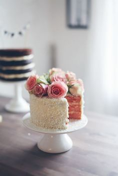 So pretty! Simple wedding cake with flowers on top #wedding #weddingcake #rose #cake #gardenparty