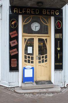 Skiltet står hos Alfred Berg, Horten. Norway