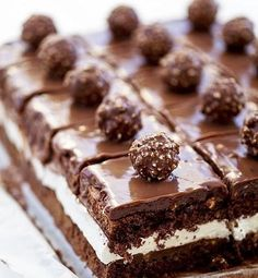Ferrero Rocher Cake with Nutella Cream and Chocolate Ganache Nutella Chocolate Cake, Chocolate Desserts, Chocolate Cream, Just Desserts, Delicious Desserts, Yummy Food, Sweet Recipes, Cake Recipes, Dessert Recipes