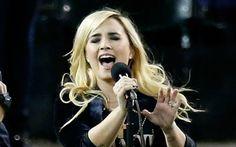 Demi Lovato fez uma participação especial na noite de domingo (28) na Liga Nacional de Baseball (MLB) em Detroit (Michigan), nos EUA. A estrela cantou com grande orgulho o Hino Nacional de seu país e emocionou os presentes! Dá o play!  Demi tuitou há pouco tempo letras de músicas novas e já causa expectativa em todos seus seguidores!