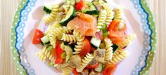 Pastasalade met gegrilde courgette, pesto-champignons en flame roasted zalm