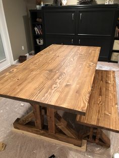 This French Farmhouse Table can be made easily with these free farmhouse table plans. This easy step by step tutorial shows you how to create this French farmhouse dining table. Farmhouse Dining Table Set, Diy Dining Room Table, Farmhouse Kitchen Cabinets, Wooden Kitchen, Diy Esstisch, Stools For Kitchen Island, French Farmhouse, French Table, Harvest Tables