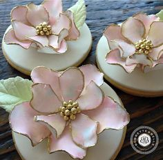 These cookies are too beautiful for words believe it or not these flowers are completely edible and each one of the petals are made by hand sugarart cookies toronto bakery bobbetteandbelle Elegant Cookies, Fancy Cookies, Royal Icing Cookies, Cake Decorating Techniques, Cake Decorating Tips, Cookie Decorating, Fondant Flower Tutorial, Fondant Flowers, Edible Flowers