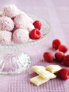 Malinové lanýžky jsou zase horkým favoritem redakce. Milujeme je!; Greta Blumajerová Small Desserts, Christmas Baking, Raspberry, Cereal, Food And Drink, Cooking Recipes, Sweets, Fruit, Eat