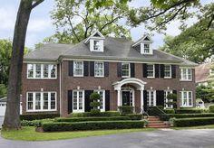 ホームアローンのケビンの家はイリノイ州ウィネットカヴィレッジ、リンカーン通り671にあり、2012年に約17億円で売却され観光名所のひとつとなっているそうです。このポーチかっこいいですね